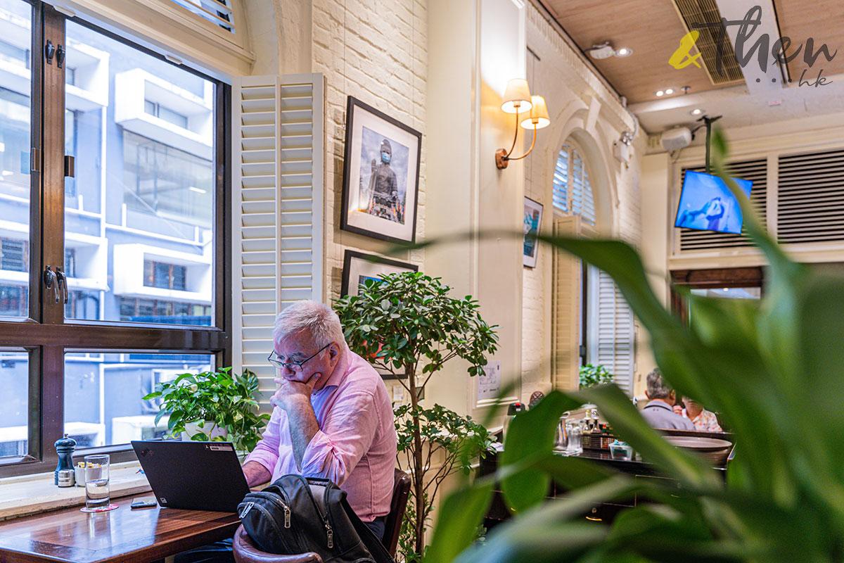 surrealhk Tommy Fung Photoshop 改圖 攝影 個展 外國記者會 窗邊 外國人