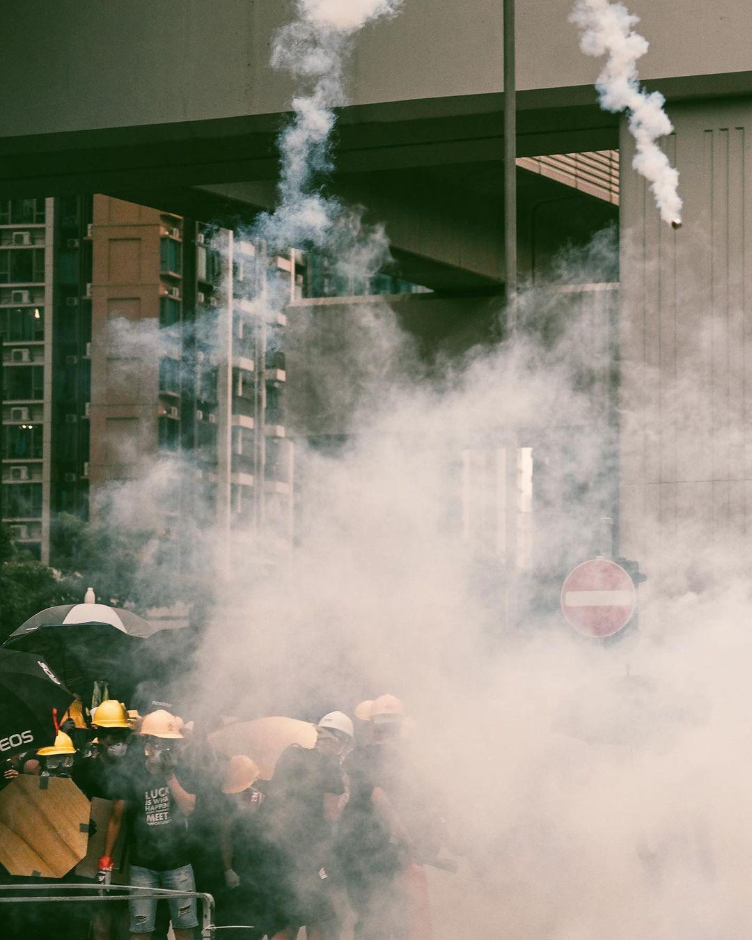 《幽暮之城》攝影集 Deacon Lui 反修例運動 攝影師 催淚彈 2019年