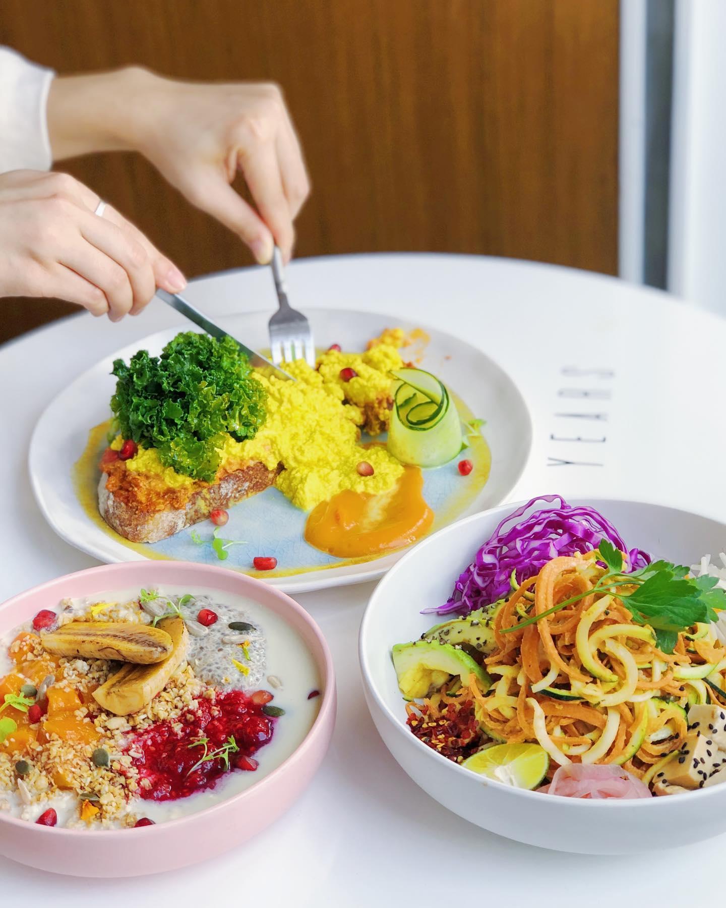 YEARS 素年/許多菜式都用上色彩繽紛的食材,令人食指大動;圖為羽衣甘藍黃薑豆腐酸種麵包(上)、焦糖香蕉野果燕麥碗(左)和泰式甘筍青瓜麵沙律(右)。