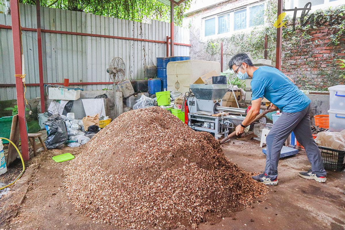 香港品牌 本土農業 本地產菇菌 香城遺菇 Russell 咖啡渣 菇菌 農地 鏟泥